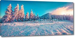 Зимой восход солнца в горах.