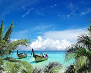 Тропический пляж с двумя лодками