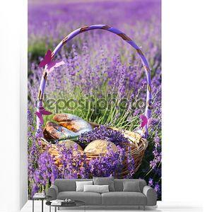 Крупным планом изображение корзины в фиолетовый лаванды цветы