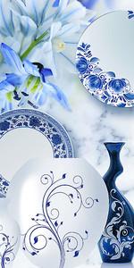 Голубые лилии с фарфоровой посудой