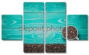 красивые белые чашку с кофе в зернах на бирюзовый деревянные тонированные в теплых тонах