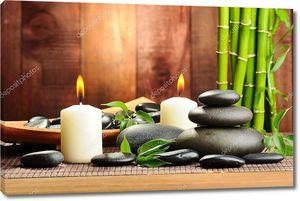 Базальтовые камни и бамбук на столе