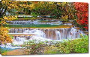 Ступенчатый водопад осенью