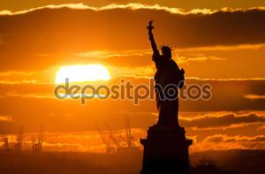 Статуя свободы на закате