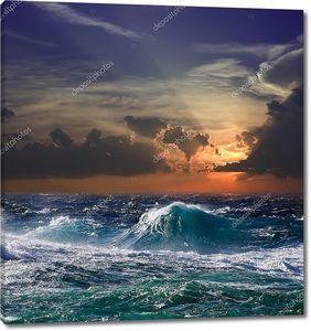Волны во время шторма на закате