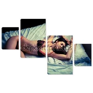 Девушка в нижнем белье на кровати.