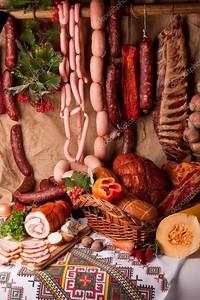 сосиски, свинина, салями и овощами фон. мясо Натюрморт