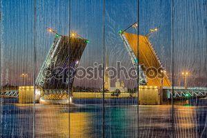 Развод Дворцового моста в Санкт-Петербурге