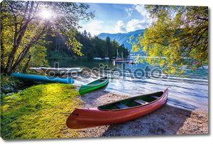 Озеро с лодками на берегу