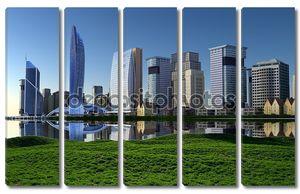 Современный город на берегу