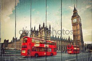 Красный автобус в движении
