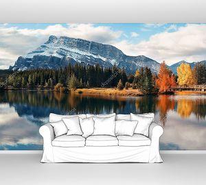 Озеро с отражением горы