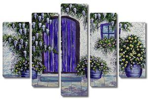 Фиолетовая дверь в деревенский дом