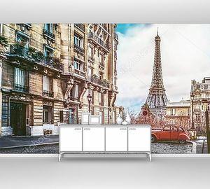 Эйфелева башня в Париже с крошечной улицы