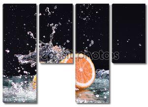 Плеск воды в макрос на оранжевый. Капли воды с сочного апельсина