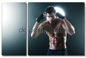Молодые мышечной спортивный парень с боксом