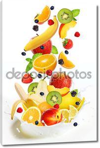 Много разных фруктов, впадая в молоко
