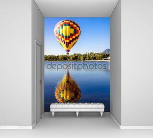 Воздушный шар над водой