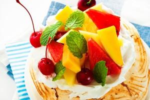 Вкусный десерт с кремом и фруктами