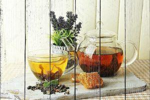Стеклянные чашка и чайник с чаем