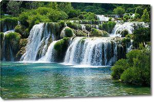 Водопады на зеленых склонах