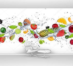 Кусочки фруктов в брызгах воды