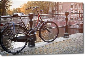 Амстердам, Голландия, Нидерланды. Романтический канал мост, ретро Би