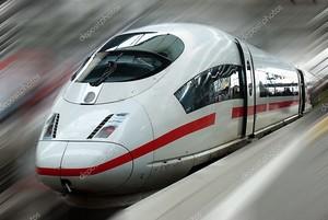 Современные быстро пассажирский электрички на станции с размытие движения