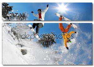 сноубордист, подскакивающий против синего неба