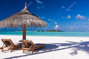 Под пляжным зонтом