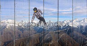 Сноубордист в просторах гор