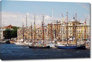 Корабли в причала во время парусников рас Балтийского