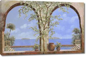 Вид через арки на море