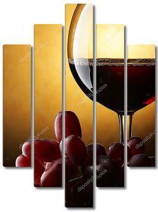 Бокал с красным вином и виноград