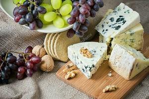Сыр с красным виноградом