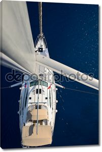 Вид с мачты на парусной яхте