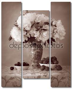 спелые вишни и клубники с Букет пионов