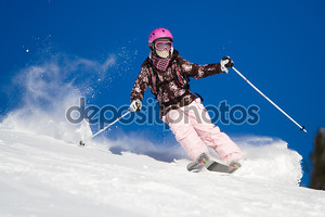 Женщина на лыжах быстро. Яркие небо