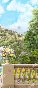 Ваза с цветами на балюстраде на фоне крепостной стены