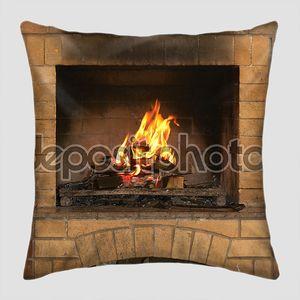 Камин с огнем и дровами