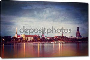 Стиль ретро фото ночной город Рига