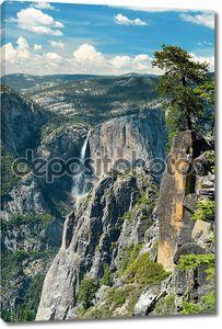 Горный хребет с водопадом