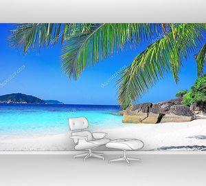 Тропический белый песчаный пляж с пальмами