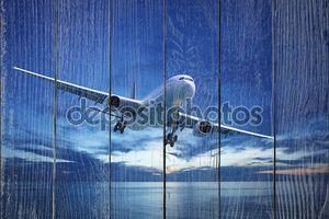 Реактивный самолет над морем в сумерках