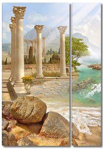 Высокие колонны на набережной