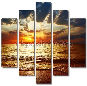 Пасмурный закат над морем
