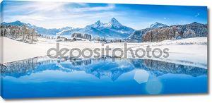 Зимняя страна чудес с горное озеро в Альпах