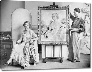 Красивая женщина позирует художнику