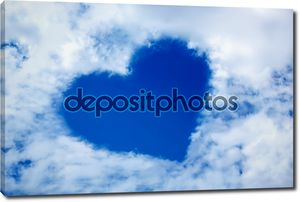 Сердце из облака в синем небе