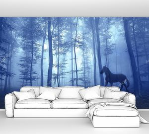 Волшебный туманный лес с лошадью